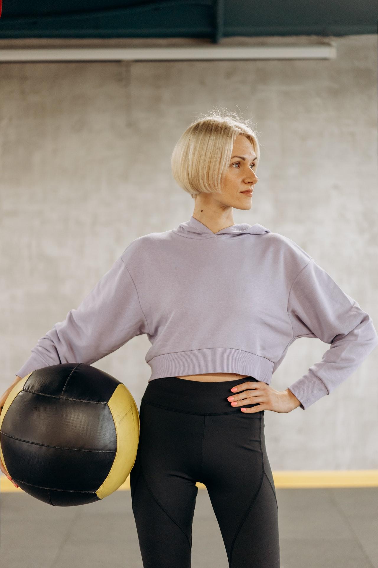 woman doing core exercises